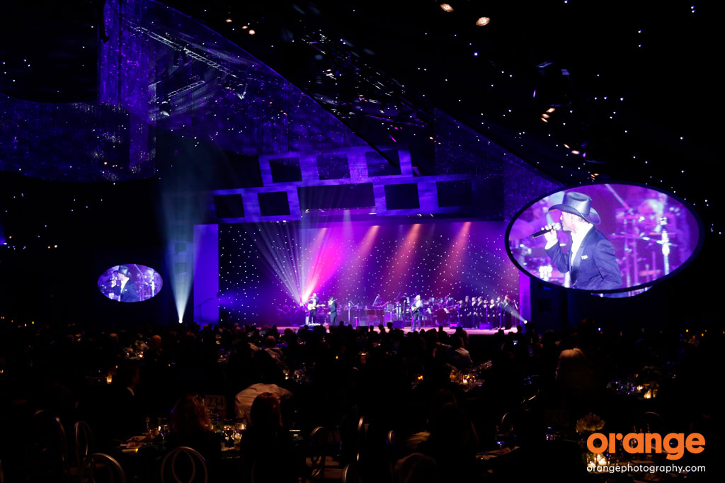 Tim McGraw performs after Kevin Spacey at the 2015 UCSF Champions Gala